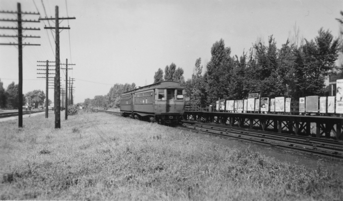 #25 - A two-car Met wood approaching Oak Park Avenue station on Garfield Park before any of the major changes occurred on this stretch. CA&E had a low-level platform at this location for discharging passengers. (Photographer unknown)
