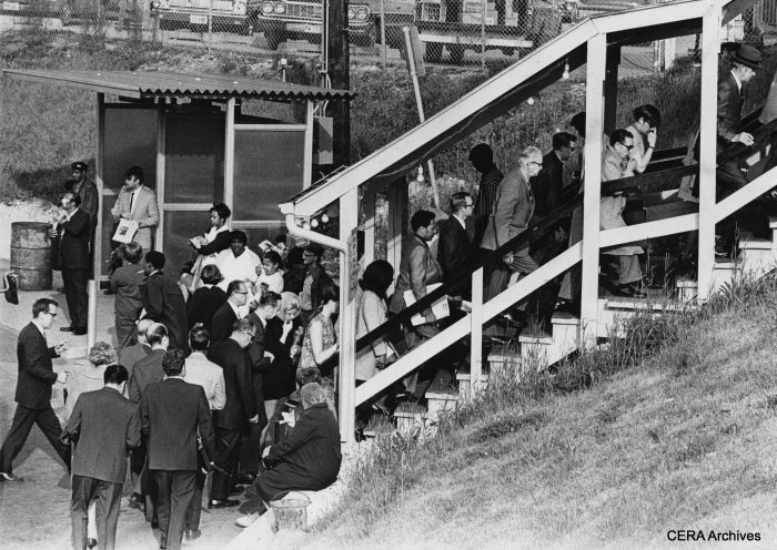 """May 18, 1971 - Here is a view of some of the spartan amenities at the """"temporary"""" CTA terminal at Des Plaines avenue that commuters endured from the 1950s to the 1980s. The crowds were swelled by a commuter rail strike. (Photo by Bill De Luga)"""