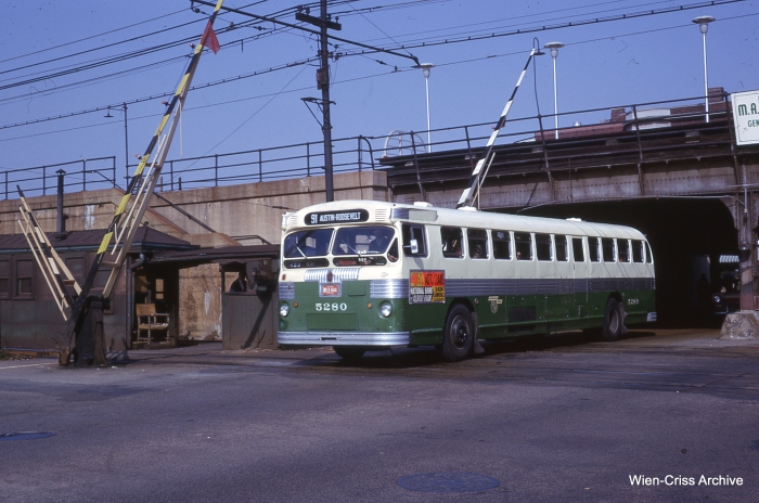 A CTA #91 bus crosses the Lake line at Austin Boulevard in October 1962. (Photo by Charles L. Tauscher, Wien-Criss Archive)