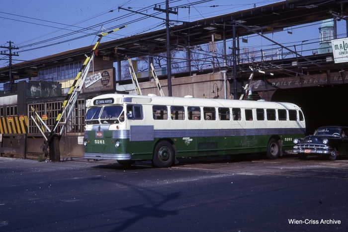 A CTA #85 bus at Central in October 1962. (Photo by Charles L. Tauscher, Wien-Criss Archive)